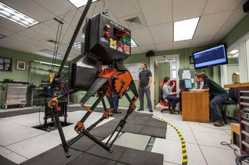 Двуногий робот научился ходить по камням динамической походкой
