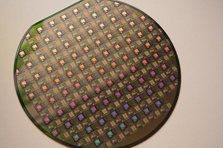Intel начинает выпускать память по 20-нм техпроцессу