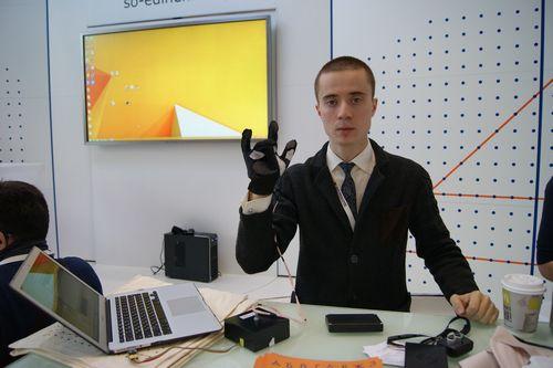 Как слепоглухие могут общаться в мессенджерах? перчатка и рукав брайля