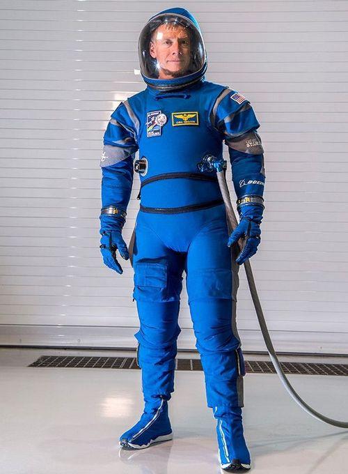 Компания boeing представила новый скафандр для астронавтов