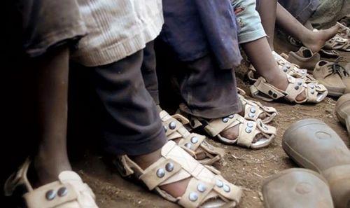 Обувь для бедных стран, растущая вместе с ногой ребенка