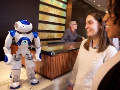 Первый робот-консьерж connie заступил на службу в отель hilton