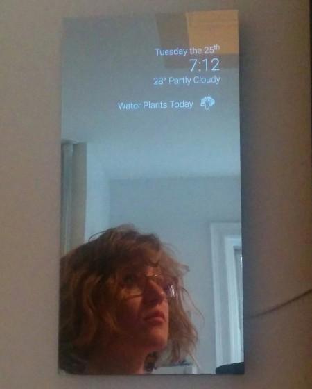 Самодельное умное зеркало показывает уведомления с android wear