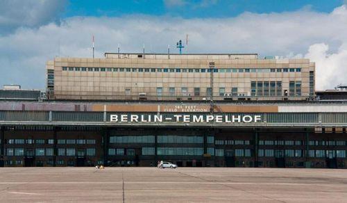 Зелёный объект в аэропорту берлина